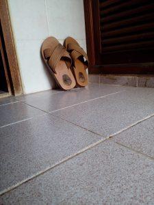 รองเท้าฟองน้ำในห้องน้ำ